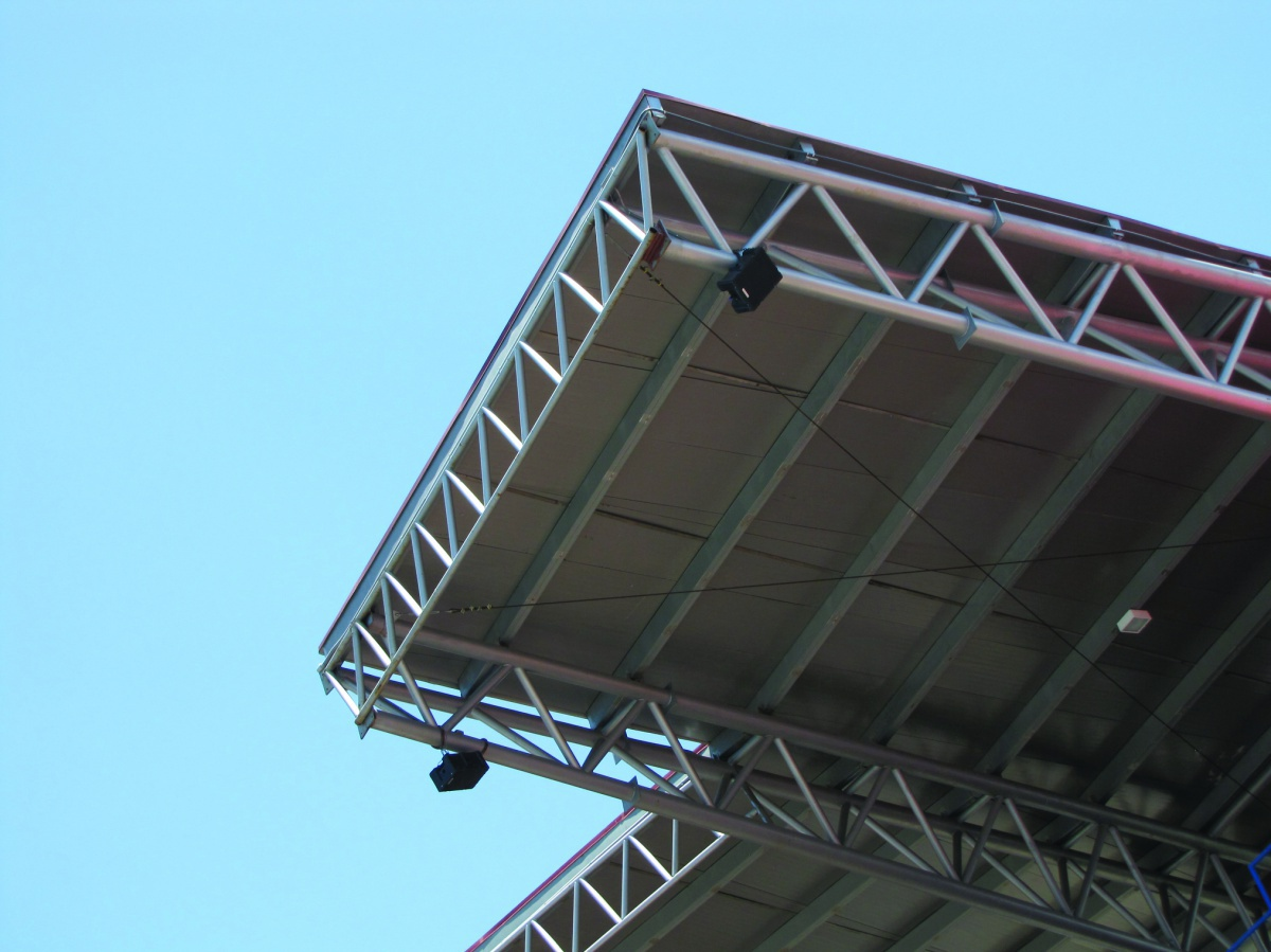 Technomad Noho loudspeakers suspended from roof